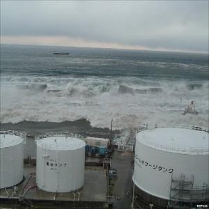 גל הצונאמי ברגע הפגיעה בכור הגרעיני בפוקושימה