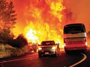 השריפה בכרמל - אוטובוס הסוהרים שניות לפני שנשרף בלהבות