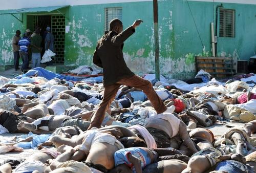 גופות רבות של תושבי האיטי שנהרגו ברעידה היו מפוזרות ברחובות עיר הבירה במשך ימים.